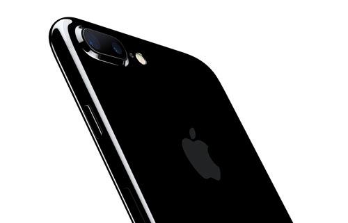 Ein iPhone 7 Plus von der Rückseite. Zu sehen ist die Kamera und das glänzende Gehäuse